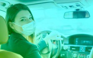 Coronavirus : une femme portant un masque chirurgical